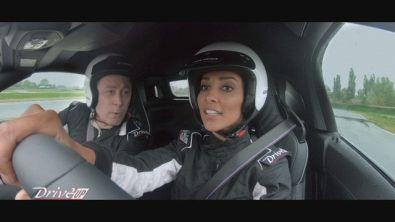 Juliana Moreira alla guida della BMW Z4, versione M40
