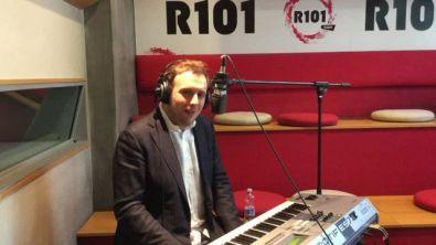 Raphael Gualazzi canta Lotta Things live a R101