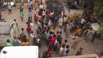 Covid in India, lunghe code per ricaricare le bombole di ossigeno per i familiari