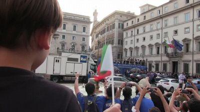 Europei, azzurri su bus scoperto a Roma: bagno di folla tra cori, fumogeni e sfotto'