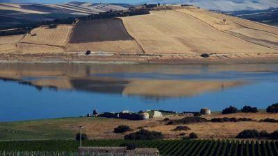 Mazzallakkar: la fortezza che riemerge da un lago siciliano