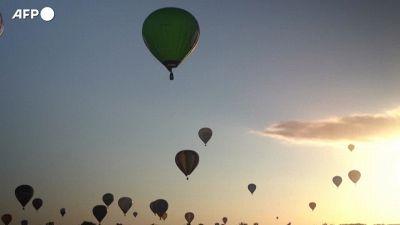 Centinaia di mongolfiere prendono il volo nel cielo della Francia