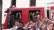 Europei, azzurri su bus scoperto a Roma: bagno di folla tra cori, fumogeni e sfottò