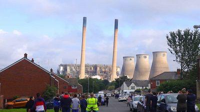La spettacolare demolizione della centrale elettrica
