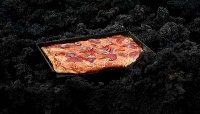"""La pizza cotta nel """"forno a magma"""" del vulcano Pacaya"""