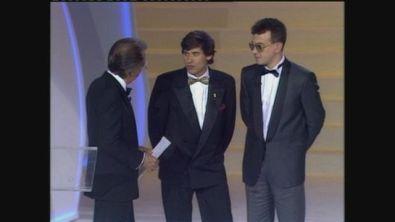 Gianni Morandi e Enrico Ruggeri consegnano il Telegatto 1987 al Festival di Sanremo