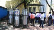 Contagi record in India: manca ossigeno, corpi cremati in strada