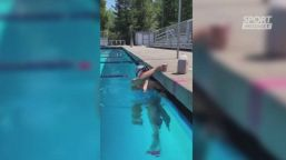 Ledecky show: nuota con un bicchiere in testa