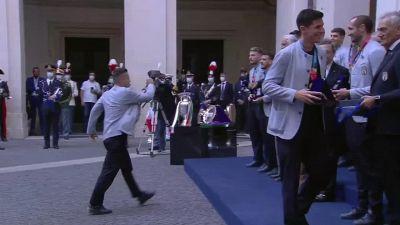 Nazionale, la maglietta azzurra numero 10 a Mario Draghi