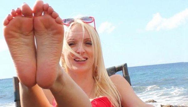 Chi è Roxy Sykes, l'instagrammer che guadagna 100mila sterline l'anno vendendo i suoi calzini usati