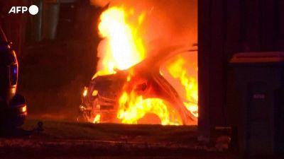 Minneapolis, ancora scontri tra polizia e manifestanti, incendiata un'auto