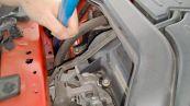Apre il cofano e trova una sorpresa nel motore