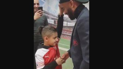 Arsenal, Lacazette commuove il web: incontro con il piccolo tifoso cieco