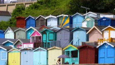 """Vacanze in stile inglese, spopolano le """"beach hut"""" in pandemia"""
