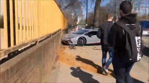 Sprinta per fare il 'fenomeno': distrugge Lamborghini da 330mila dollari