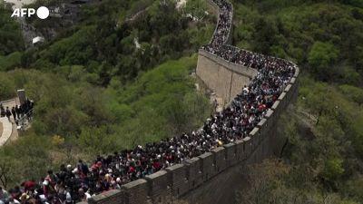 Cina, in migliaia si riversano sulla Grande Muraglia durante le vacanze del primo maggio