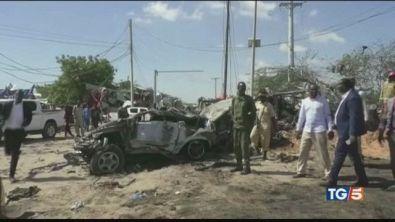 Bomba al checkpoint strage a Mogadiscio