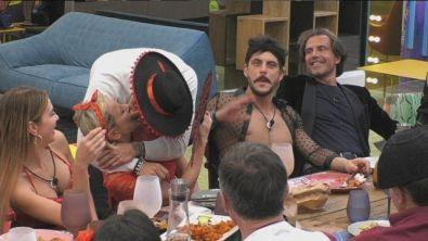 Ivan Gonzalez bacia Antonella Elia all'improvviso