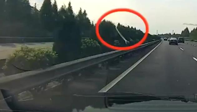 Incidente mai visto prima in autostrada