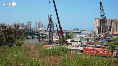 Beirut, una statua di 25 metri costruita al porto con i detriti dell'esplosione