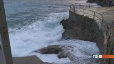 Travolta da un'onda, cade in mare e annega