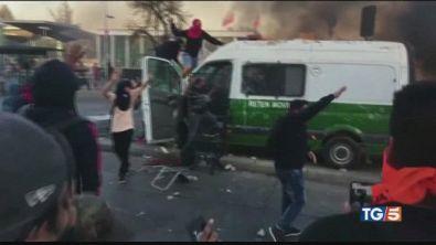 Proteste infiammano le piazze, paura in Cile