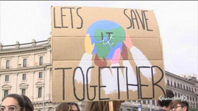 Ragazzi in piazza per il clima