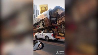 Un trasloco incredibile: tutta la casa sul pick-up