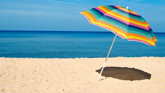 Sai come piantare perfettamente l'ombrellone in spiaggia?