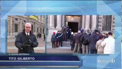 """Milano in fila: """"addio professore"""""""