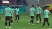 Ronaldo ma che fai? Inciampa sul pallone e i compagni se la ridono