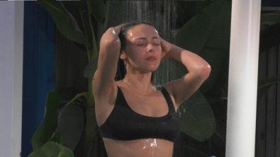 Martina e Serena sotto la doccia