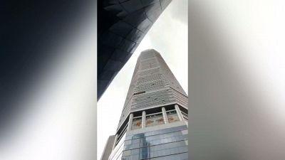 Il grattacielo vacilla, esplode il panico nel centro
