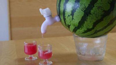 Idee estate: come creare un dispenser da cocktail con un'anguria