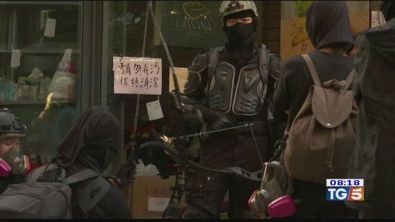Scontri ad Hong Kong Fiamme al politecnico