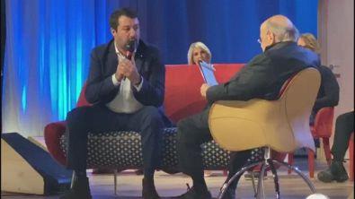 """Matteo Salvini canta """"Via del Campo"""" di De Andrè sul palco del """"Maurizio Costanzo Show"""""""