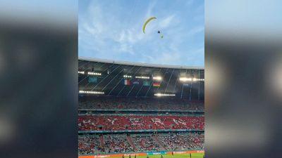 Euro 2020: paracadutisti di Greenpeace atterrano nello stadio prima di Germania-Francia