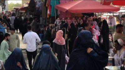 Afghanistan, sempre più burqa tra la gente al mercato di Kabul