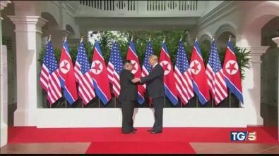 Storica stretta di mano tra Trump e Kim