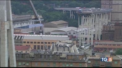 Cariche di esplosivo per demolire il ponte
