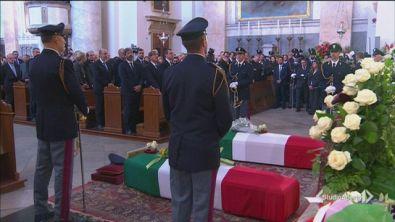 Trieste abbraccia gli agenti uccisi