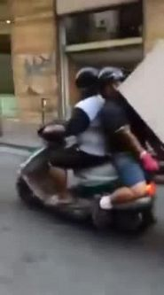Incredibile a Napoli: trasportano un frigorifero con lo scooter
