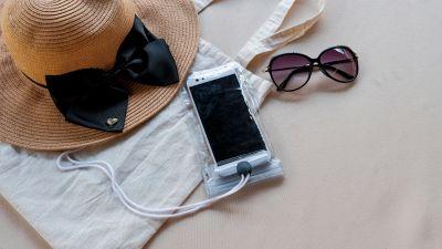 Cellulare in spiaggia, 7 consigli per non rovinarlo