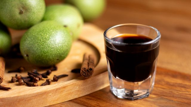 Nocino, come preparare il liquore della notte di San Giovanni