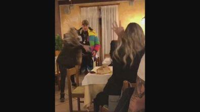 Facchinetti, la moglie e il lancio del bicchiere? Era tutto uno scherzo de Le Iene
