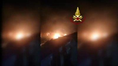Incendi Sicilia e Calabria, i vigili del fuoco al lavoro per spegnere decine di roghi