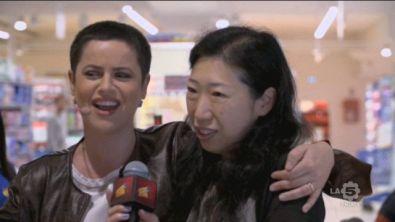 Silvia canta insieme ad alcune clienti