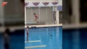 Tuffo 'anti-Olimpiadi', la ragazza cade di pancia e diventa virale