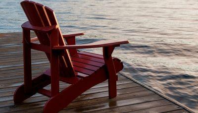 C'è un enorme trono rosso sulle sponde del Lago di Como
