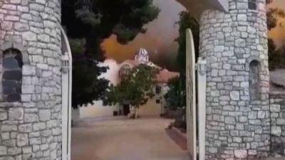 Grecia, violenti incendi sull'isola Eubèa: un monastero isolato
